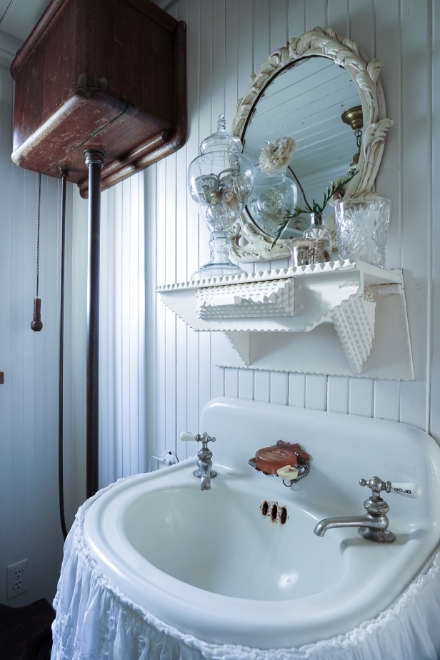 Jamison Cottage downstairs bathroom