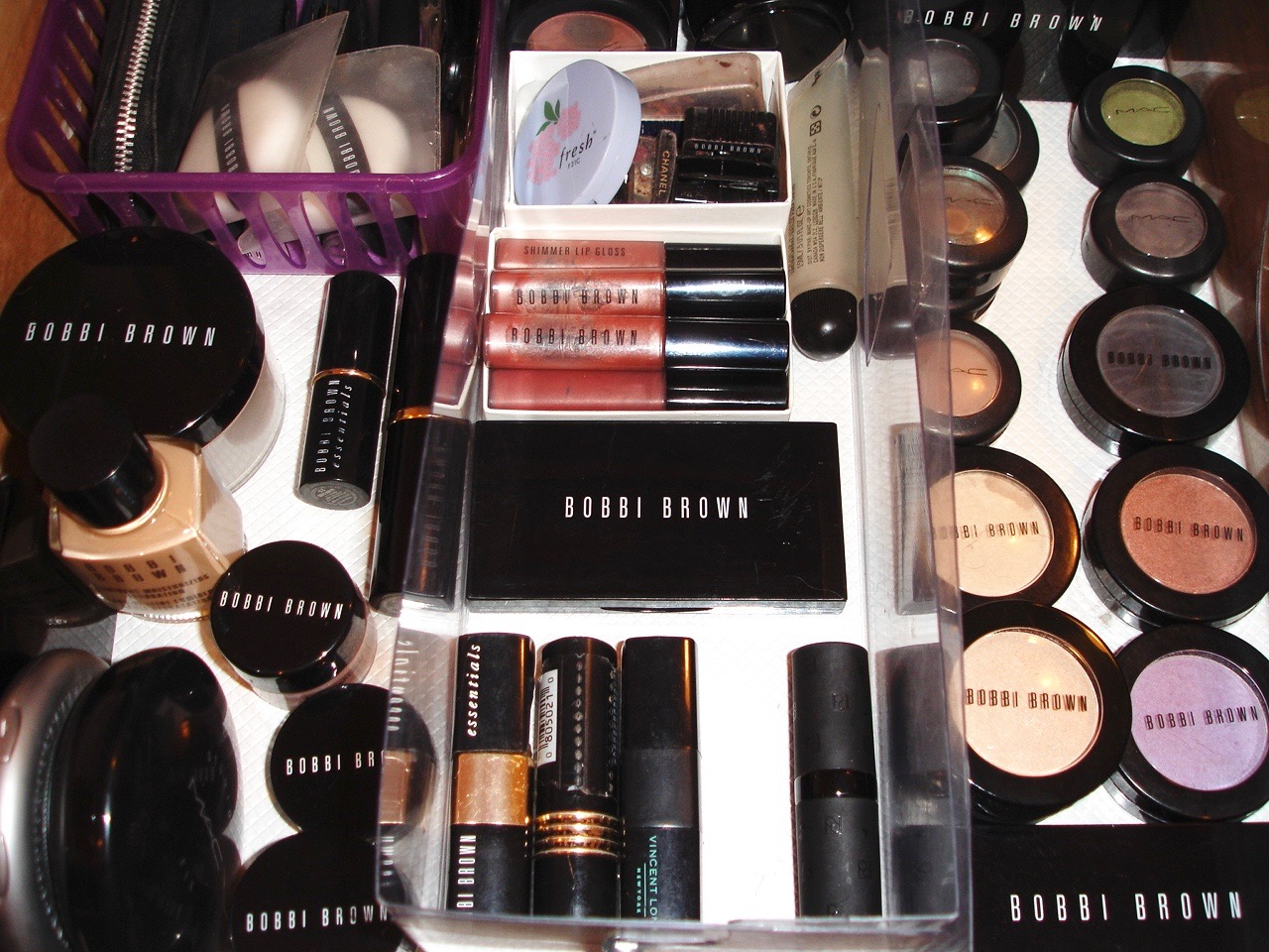 Get Rid of 100 Things ~ Get rid of unused make-up and keep only what you use.